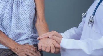 Maior incidência de queda de idosos no inverno exige atenção, segundo traumatologista da FMUSP